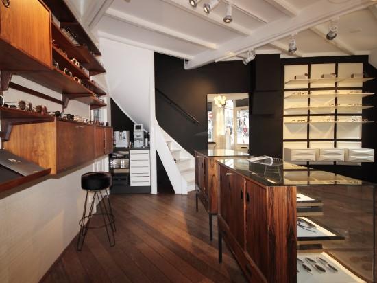 Natural wood enhances frame display at Hall of Frame Utrecht